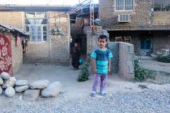 IranMazandaran, Iran - 19 juillet 2017 : enfant iranien dans une zone rurale avec sa maman dans le burka et un tapis de Perse photos libres de droits