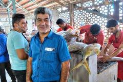 Iransk man som arbetar i fiskmarknaden, Bandar Abbas, Iran Royaltyfri Fotografi