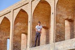 Iransk tonåring med en tryckT-tröja New York, Isfahan, Iran Royaltyfria Bilder