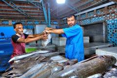 Iranska affärsmän i fiskmarknaden i böjapparaten Abbas Arkivfoto