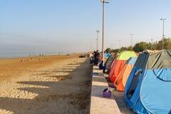 Iranska handelsresande som bor i tält på stranden på Persiska viken Bandar Ganaveh iran Arkivfoton