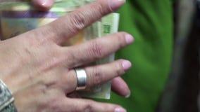 Iranska pengar i kvinnliga händer stock video