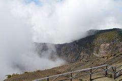 Irazu en Wolken stock foto