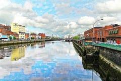 ireland för arrest för förgrund för stadskork ståndsmässig sikt Sames kaj och flodlä ireland för den domkyrkachrist right den kyr Royaltyfria Bilder