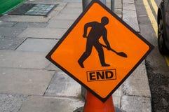 ireland Tecken för vägarbete slut Arkivbild