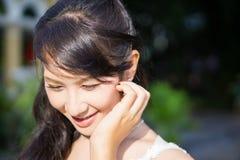 Irene stava portando il vestito da sposa per la fucilazione di pre-nozze Fotografie Stock