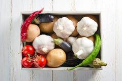 Irgendein Gemüse im hölzernen Kasten lizenzfreie stockbilder