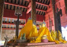 Irgendein kleines Buddhas in einem offenen Tempel stockbilder
