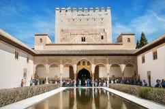 Irgendein Tourist, der berühmten Alhambra-Palast besichtigt Stockbild