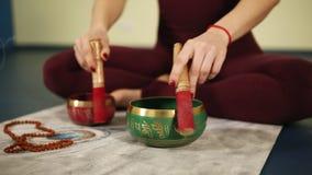 Irgendeine Art des geistigen Rituals nach Yoga übt, um Seele und Geist zu reinigen stock video footage