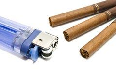 Irgendwelche Zigaretten und Plastikfeuerzeug Stockfotografie