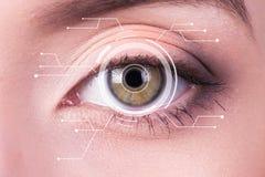Iride di sicurezza o analizzatore della retina che è usando su un macro occhio umano blu intenso, con la tavolozza limitata fotografia stock