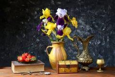 Iriers i en keramisk vas och nya jordgubbar Royaltyfria Bilder