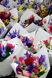 Iriers och tulpan i buketter i den Redmond bonden marknadsför Royaltyfri Bild