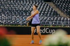 Irina Begu utbildning på Fed Cup Rumänien 2018 royaltyfri bild