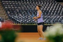 Irina Begu utbildning på Fed Cup Rumänien 2018 royaltyfri foto