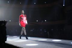 Irina Shayk geht die Rollbahn an der Wiederholung vor Philipp Plein-Modeschau stockbilder