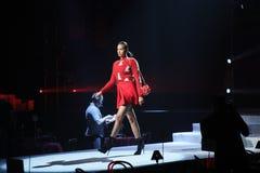 Irina Shayk geht die Rollbahn an der Wiederholung vor Philipp Plein-Modeschau stockbild