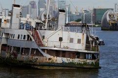 Iris för millivolt för tidigare flodMersey Liverpool färja kunglig, ligga som är övergivet och förtöjas i flodThemsen London på W royaltyfri foto