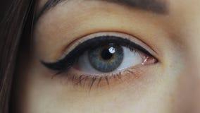 Iris que contrata, dilatación del ojo del alumno almacen de video