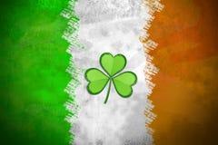 Irische Flagge mit Shamrock Stockfotos
