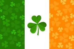 Irische Flagge mit Shamrockmuster. Stockfoto