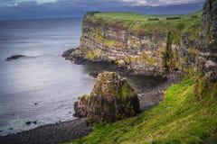 Irische Klippenseite über Wasser lizenzfreie stockfotos