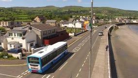 Irische Staatsflagge-Tricolour Fliegen durch das Meer in Carnlough Nordirland