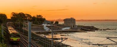 Irischer PFEIL Zug in Seapoint/in Dublin Lizenzfreie Stockfotos
