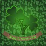 Irischer Shamrock mit nahtlosem Muster des Klees auf dem grünen Hintergrund Lizenzfreie Stockbilder