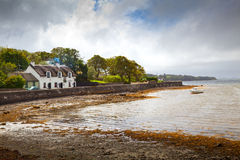 Irischer Tatched Land-HäuschenPub auf der Küste stockfotos