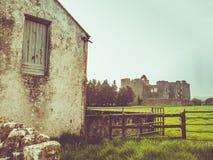 Irisches Bauernhaus und Schloss mit Sonne Lizenzfreie Stockfotografie