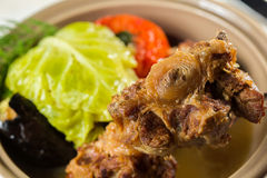 Irisches Eintopfgericht, gemacht mit Lamm, Stout, Kartoffeln, Karotten und Kräutern Stockfotografie