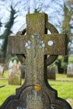 Irisches keltisches Kreuz mit Kleemuster lizenzfreie stockfotografie
