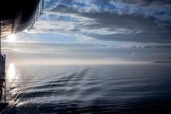 Irisches Nordmeer an der Dämmerung Stockfotos