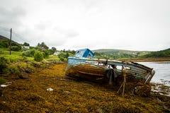 Irisches Schiff aus Wasser heraus lizenzfreie stockbilder