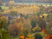 Irisches Schloss amidsts Waldland im Herbst Stockbilder