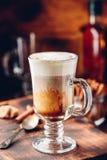Irish coffee in bicchiere immagine stock