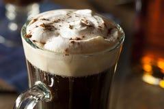 Irish coffee casalingo con whiskey fotografia stock libera da diritti
