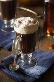 Irish coffee casalingo con whiskey immagine stock libera da diritti