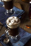 Irish coffee casalingo con whiskey fotografie stock