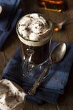 Irish coffee casalingo con whiskey immagine stock