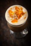 Irish coffee con la vista superiore della scorza d'arancia fotografia stock libera da diritti