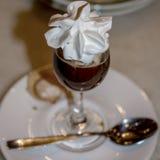 Irish coffee con panna montata immagine stock libera da diritti