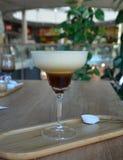 Irish coffee delizioso con servito su un vetro in caffè immagini stock libere da diritti