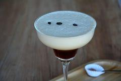 Irish coffee delizioso con servito su un vetro in caffè fotografia stock libera da diritti