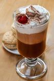 Irish coffee e pila di biscotti fotografia stock