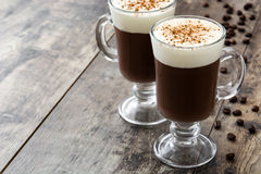 Irish coffee in glas op hout stock fotografie
