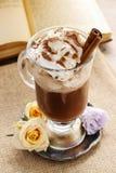 Irish coffee, libro aperto nei precedenti fotografie stock