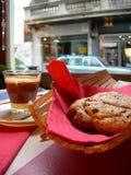 Irish coffee met een reusachtig koekje stock afbeelding
